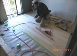 ヒノキのフロアを敷き詰め作業